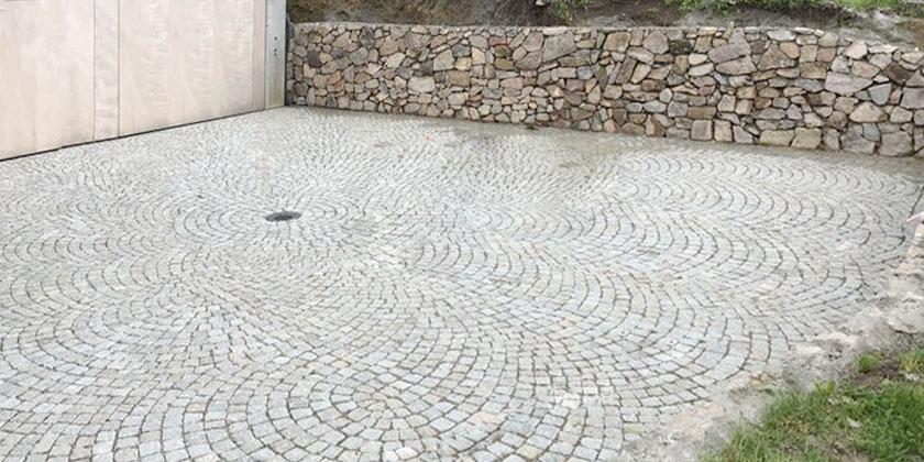 Naturstein Pflaster für Hof und Mauer | Wurst Tiefbau und Pflasterbau