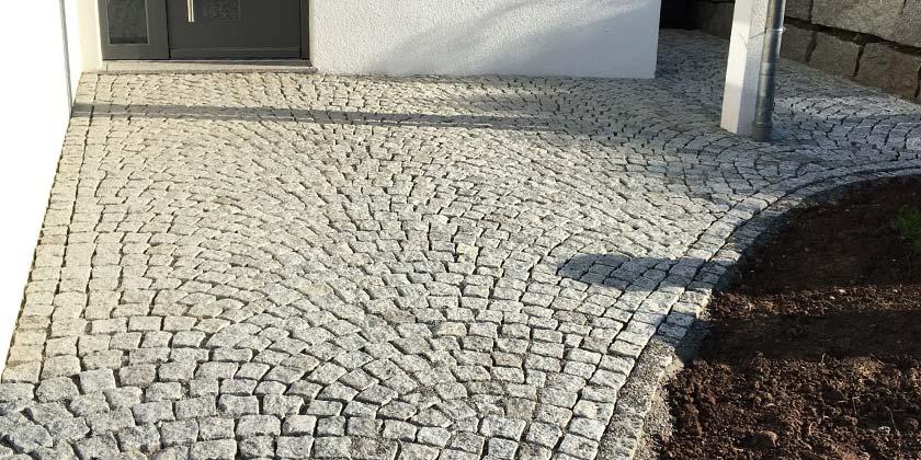 Gehweg aus Naturstein | Wurst Tief- & Pflasterbau